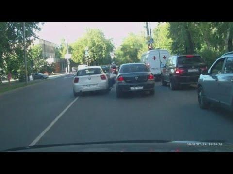 فيديو شاهد سيارة تصدم عجوز بشكل متعمد وغريب