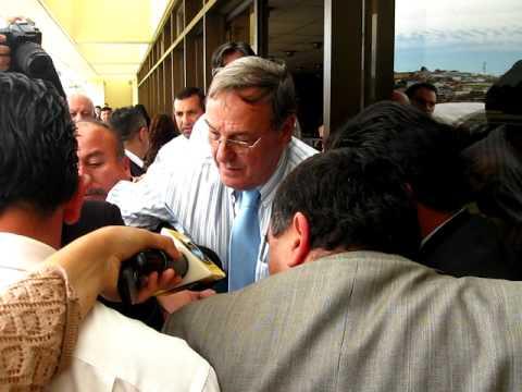 Diputado Enrique Estay trata de impedir despliegue de bandera chilena gigante en Congreso
