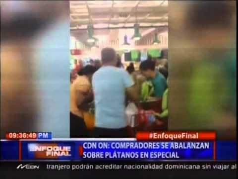 Compradores se abalanzan sobre plátanos que acababan de poner en especial