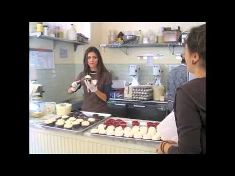 EXCLUSIVE! VICTORIA JUSTICE'S Sweet Visit to Magnolia Bakery!