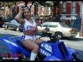 mulher empinando de quadriciclo
