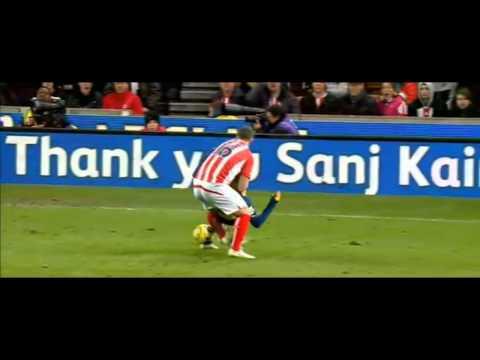 فيديو..شاهد لاعب ستوك سيتي يخنق سانشيز على طريقة المصارعين