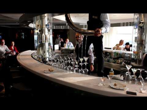 Konobar sa nevjerojatnom vještinom točenja koktela u čašice