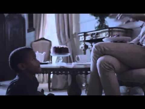 شاهد فيديو: سيدة بيضاء تطعم طفلاً أسود كما لو كان كلباً يشغل الغضب