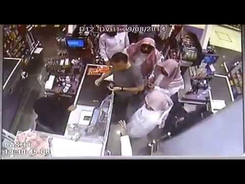 شاهد بالفيديو: اللحظات الأولى لمشاجرة الهيئة والرجل البريطاني في الرياض ..تصوير داخل المول