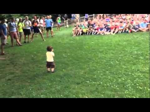 شاهد ماذا يفعل هذا الطفل الصغير مشهد رائع جدا ويستحق المشاهدة