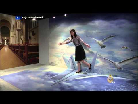 فيديو ..غرائب الفن المعاصر: فنان يستخدم دموعه لإنجاز لوحات فنية باهضة الثمن