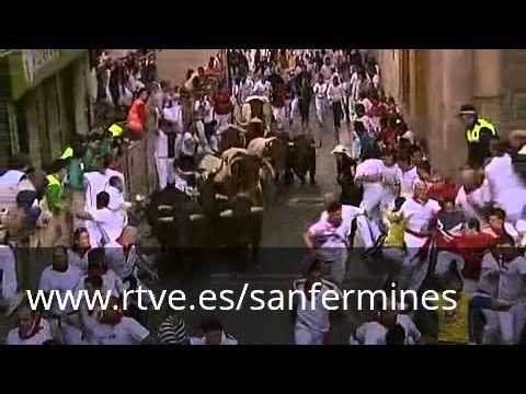 San Fermín 2012: En el sexto encierro un Victoriano roza con sus pitones el costado de un mozo