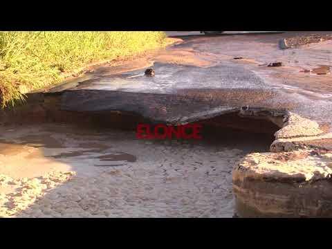 Rotura de un caño provocó un socavón en la calle: Así se desprendía parte del asfalto