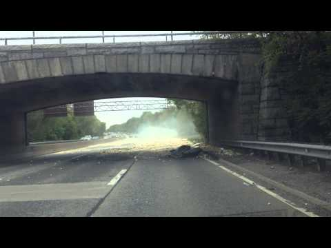 شاهد بالفيديو..ما يحدث عندما تصطدم شاحنة بجسر منخفض؟