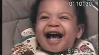 シリアスな顔して遊ぶ赤ちゃん。自分で渋い顔作って笑っとるw