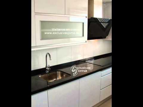 Muebles de cocina en blanco alto brillo y encimera negro for Muebles blanco y negro