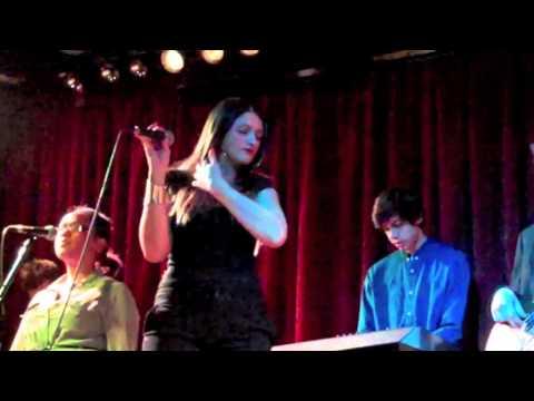 Orang Putih Minah Salleh Nyanyi Lagu Melayu/Indonesia 'Tiada Lagi' Live in London