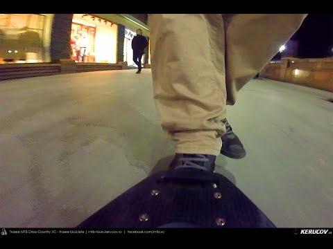 VIDEOCLIP Cu trotineta prin Bucuresti: Deplasare de seara pe Calea Victoriei