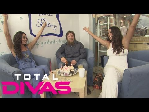 Brie and Nikki Bella celebrate Daniel Bryan's birthday at a cupcake shop: Total Divas bonus clip, Au
