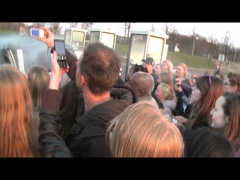 FAKE JUSTIN BIEBER PRANKS FANS WITH LIMO - AHOY ROTTERDAM (very funny)