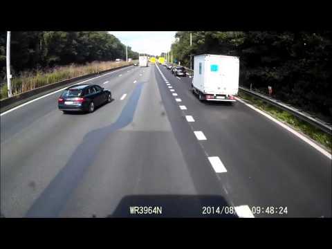 بالفيديو: الحادث الاقوى على الاطلاق.. سيارة تمزقها 3 شاحنات