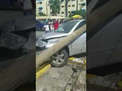 Dos jóvenes estrellan yipeta con poste de luz en la 27 de Febrero tras persecución policial (video subido a las redes sociales).