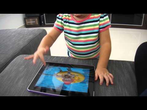 iPad menina mexendo com apenas 2 anos de idade