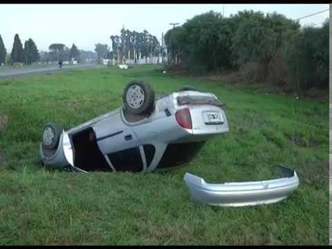 Por una maniobra de adelantamiento, un auto volcó en un ingreso a Paraná