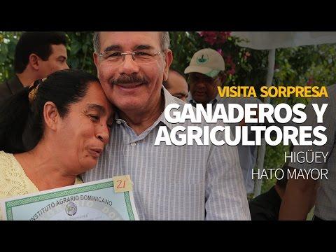 Presidente Danilo medina entrega títulos de tierra.