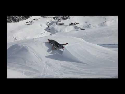 Un cacciabombardiere nello snowpark Mottolino a Livigno