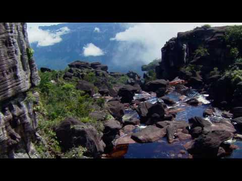 Природа реки возле гор.