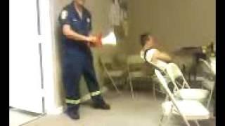 消防士らしいイタズラ。その態勢でよく熟睡できるなw。