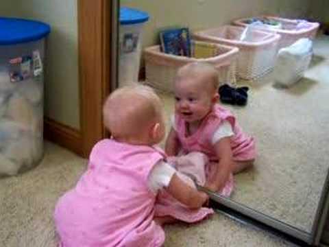 Beba zbunjena ogledalom