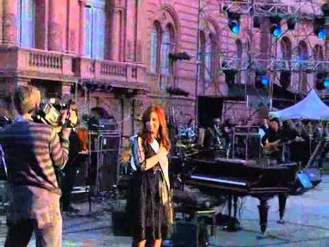 La Presidenta saludó en la Plaza y cantó el Himno con Charly García.
