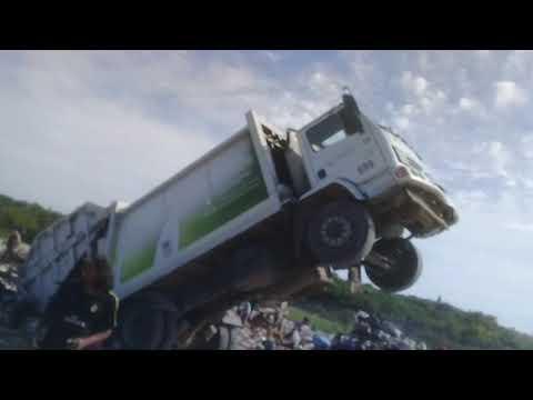 Video: Camión volcador quedó haciendo