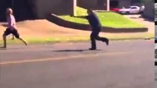 他以為這位胖警察跑得慢,來追我啊!不到兩秒就後悔了...