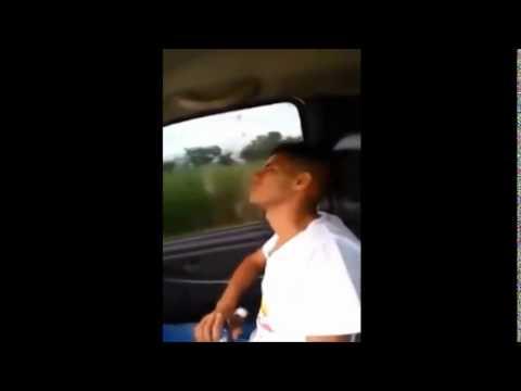 شاهد بالفيديو: ماذا فعل سائق السيارة لصديقه المخمور..هههه