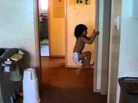 Ova djevojčica se penje poput Spidermena