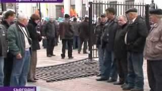 Чернобыльцы с криками Ганьба! снесли забор под Верховной Радой