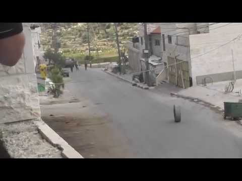 فيديو..لحظة سقوط جندي صهيوني اثر تصديه لاطار سيارة