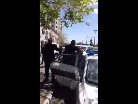 فيديو..جنود إسرائيليون ينهالون ضربًا على بائع فلسطيني ويكسرون أسنانه بالقدس