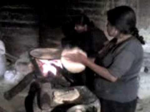 Elaboracion de tortillas a mano.