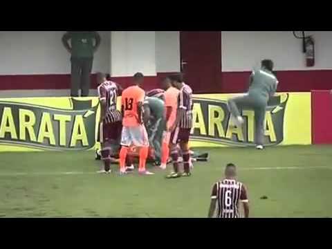 شاهد :  طبيب الملعب هرع لمساعدة لاعب فأسقطته نوبة صحية مفاجئة