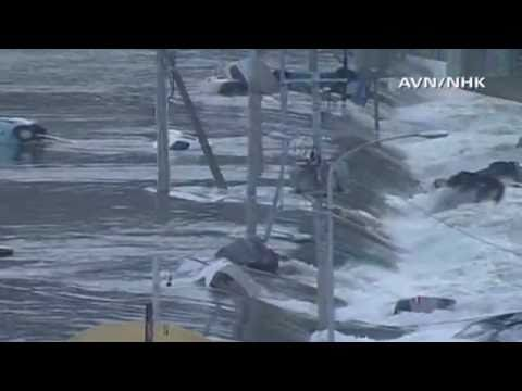 JAPAN/HAWAII Tsunami 2011 Raw Footage - cars smashed and rolled
