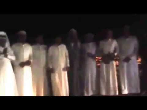 شباب سعوديون يودعون العامل الهندي على طريقتهم
