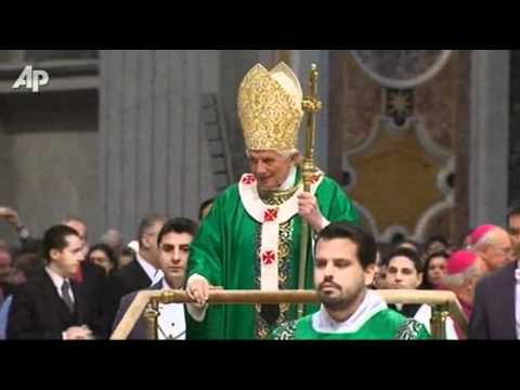 Raw Video: Aging Pope Uses Wheeled Platform