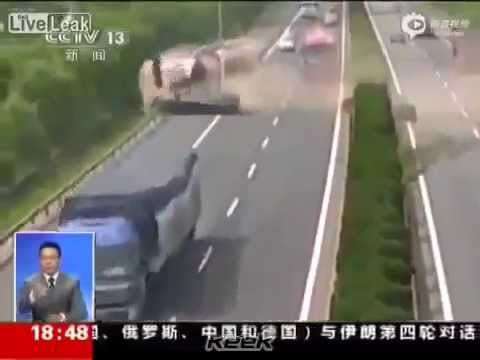 شاهد تجاوز خاطئ يتسبب بانفجار شاحنة ومصرع سائقها..فيديو