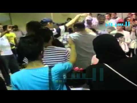 بالفيديو شاهد : أغاني واحتفالات مصرية في مطار الكويت