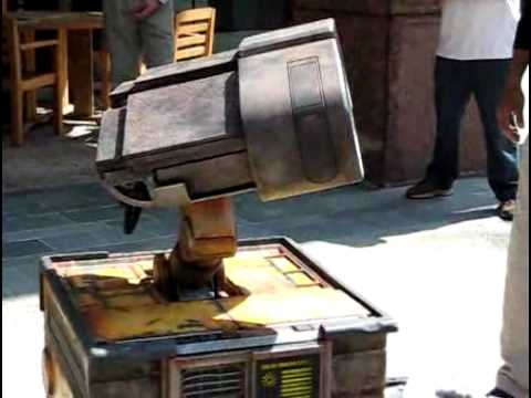 REAL Wall-E in DisneyLand!