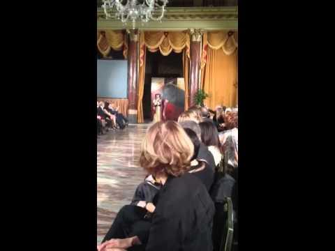 شاهد : لحظة دخول مفاجئة ورقص عبدالله بالخير في قاعة عرض ازياء مصممة كويتية في روما