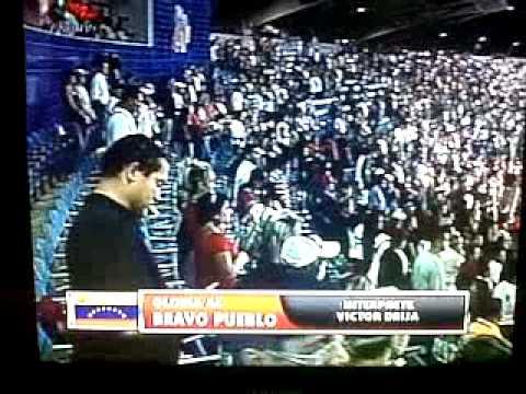 Victor Drija cantando el himno nacional de Venezuela en la final del beisbol tigres-caribes