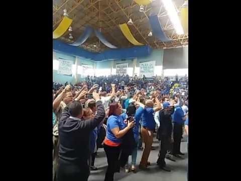 El desacuerdo de los maestros en aceptar un 10% de aumento salarial los llevó este martes a golpearse mientras se realiza la asamblea en la se discute la propuesta.