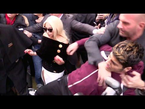 بالفيديو: شاهد الحارس الخاص للفنانة الأمريكية الشهيرة( ليدي غاغا ) يعتدي على أحد معجبيها