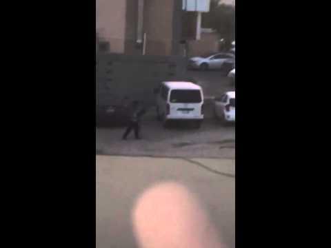 بالفيديو: سيده سعودية تصور من نافذة منزلها هذا المنظر لسائق خائن وشاذ